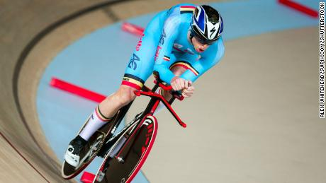 After reading a magazine article about Belgian para cyclist Kris Bosmans, Schelfhout was inspired to pursue the sport.