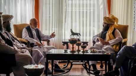 Ex-President of Afghanistan Hamid Karzai, left, meets with Taliban negotiator Anas Haqqani, right, on August 18. The Taliban say there is a public amnesty for all former officials and government officials. So no one should leave the country.